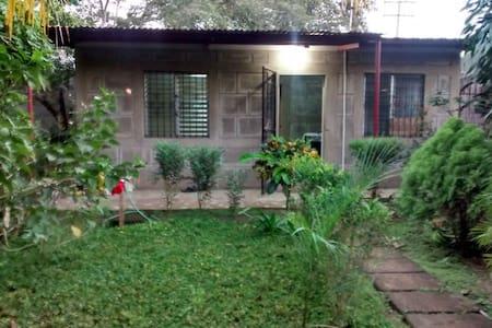 Linda casa con jardín