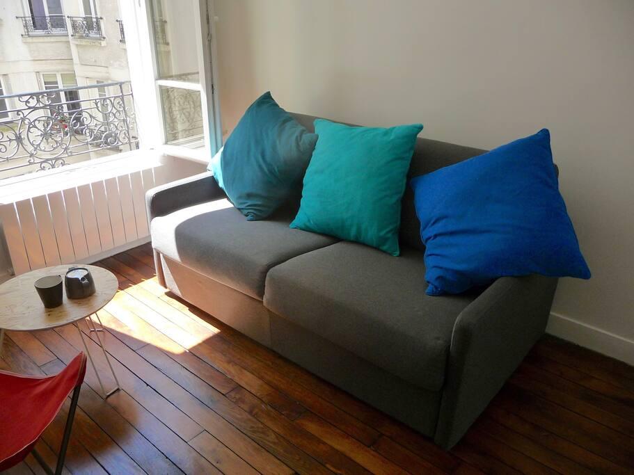 Cour intérieure calme, soleil à mi journée, studio frais l'été et bien chauffé l'hiver