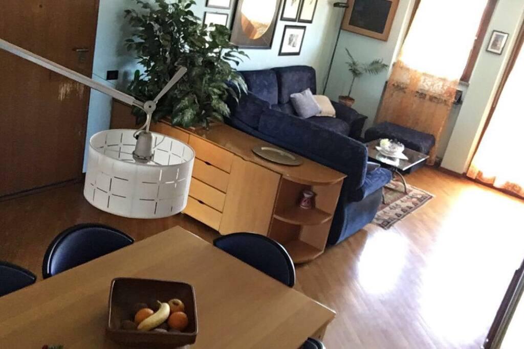 Soggiorno in comune comune con divano, TV digitale terrestre, tavolo e sedie