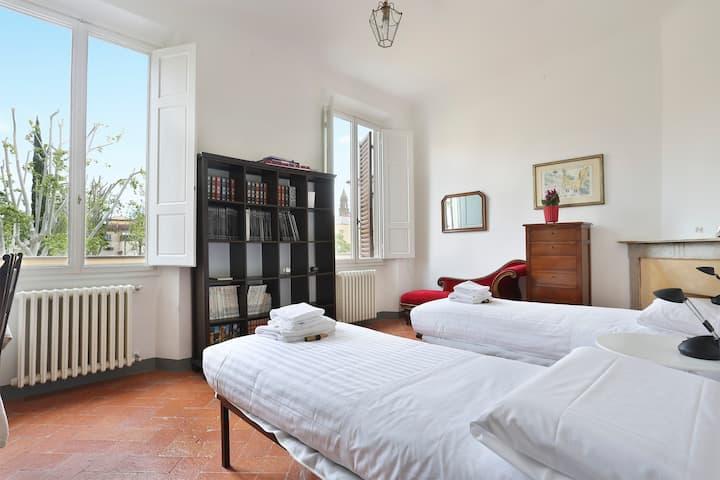 Big family apartment for six near Palazzo Pitti