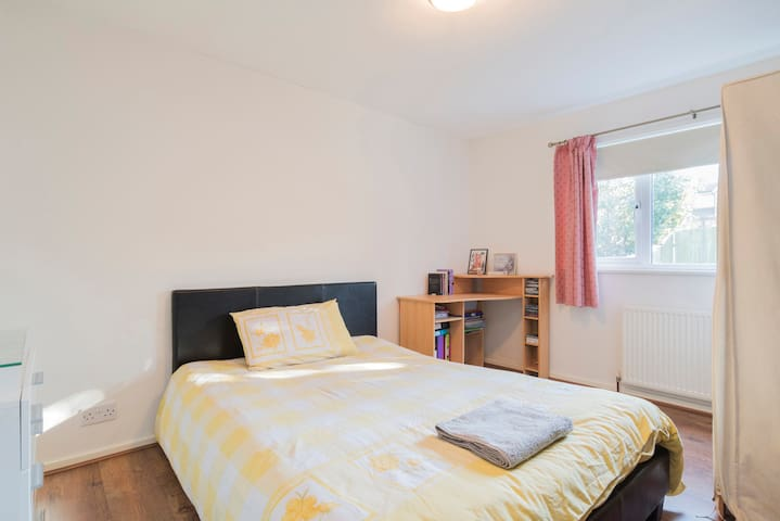 Cozy single room in a house - Bromley SE of London - Bromley - Talo