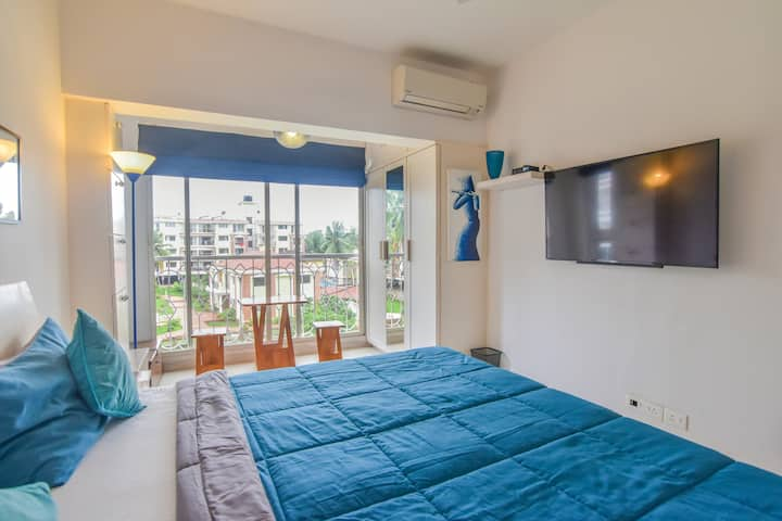 one bhk near candolim beach with Pool