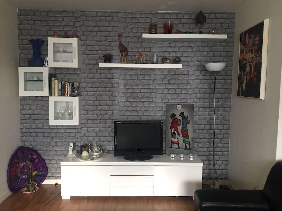 Salon moderne épuré tout équipé (tv, internet sans fil, ..)