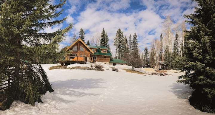 Beautiful log frame cabin, hot tub and views!