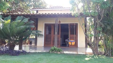 Casa inteira + Chalé super charmoso, lindo jardim.