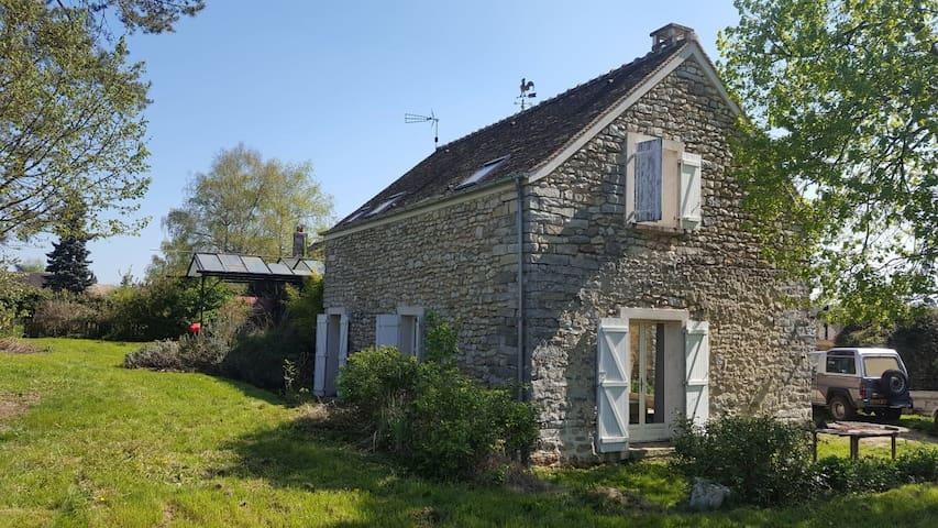 Maison en pierre dans village typique de l'Essonne