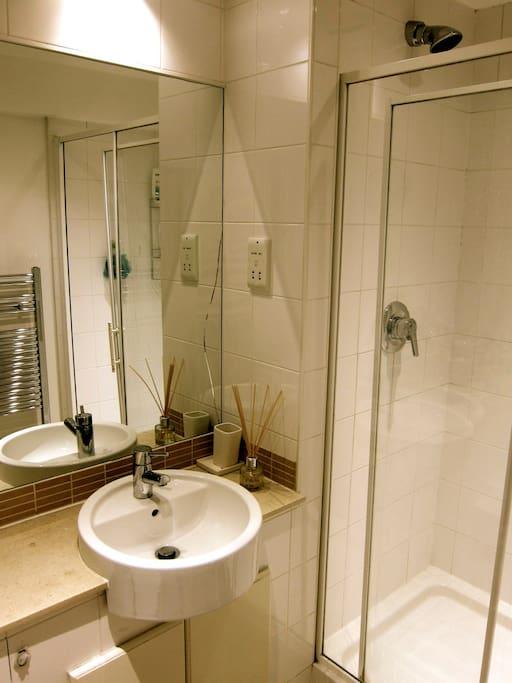En suite bathroom with power shower