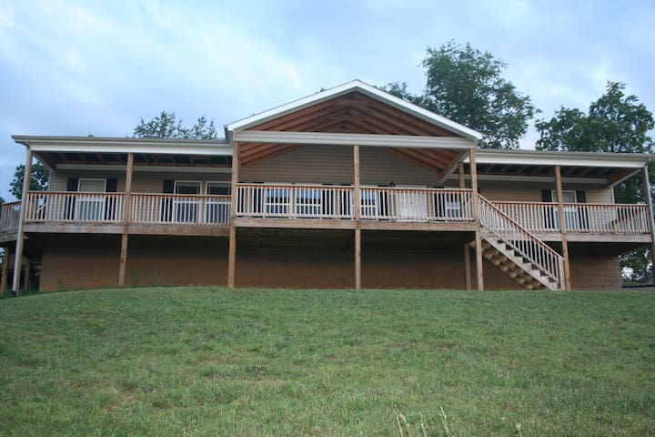 Comfy home just 25 minutes from Speedway!