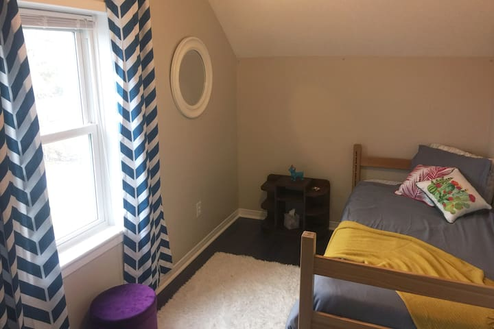 Single Bedroom in Downtown Petrolia