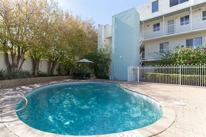 Luxury Perth City Apartment & Pool - Rivervale