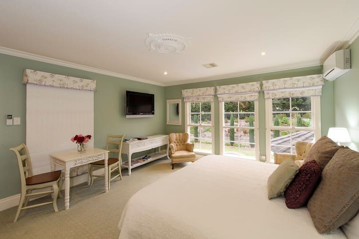 Luxury at Montfort Manor - Monet Suite