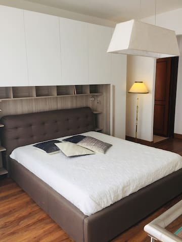 Camera matrimoniale con materasso memory e letto contenitore.