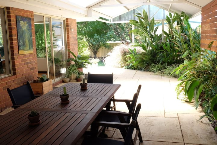 Cowaramup family retreat. 4 bed home down south.
