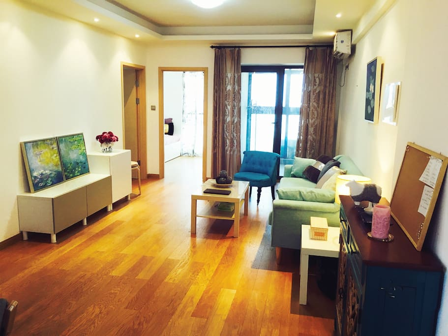 湖面来风经过的温暖客厅:Warm living room with breeze from the East Lake