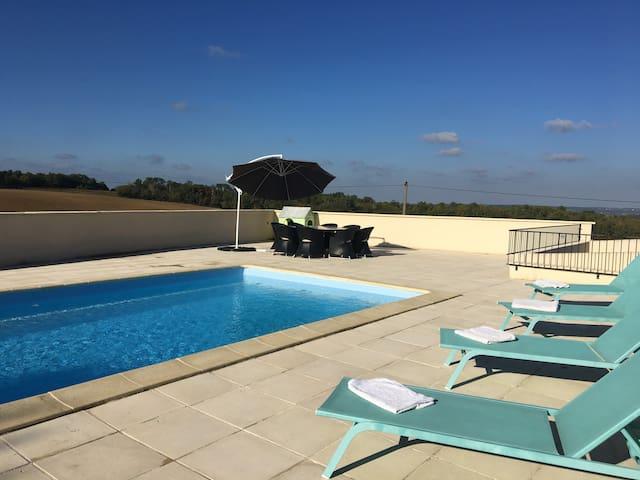 Near Monségur: House with pool and fabulous views