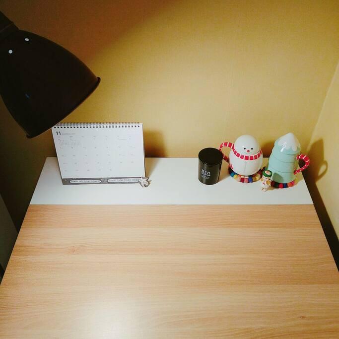 침실외부 테이블 책상 겸용 공간입니다