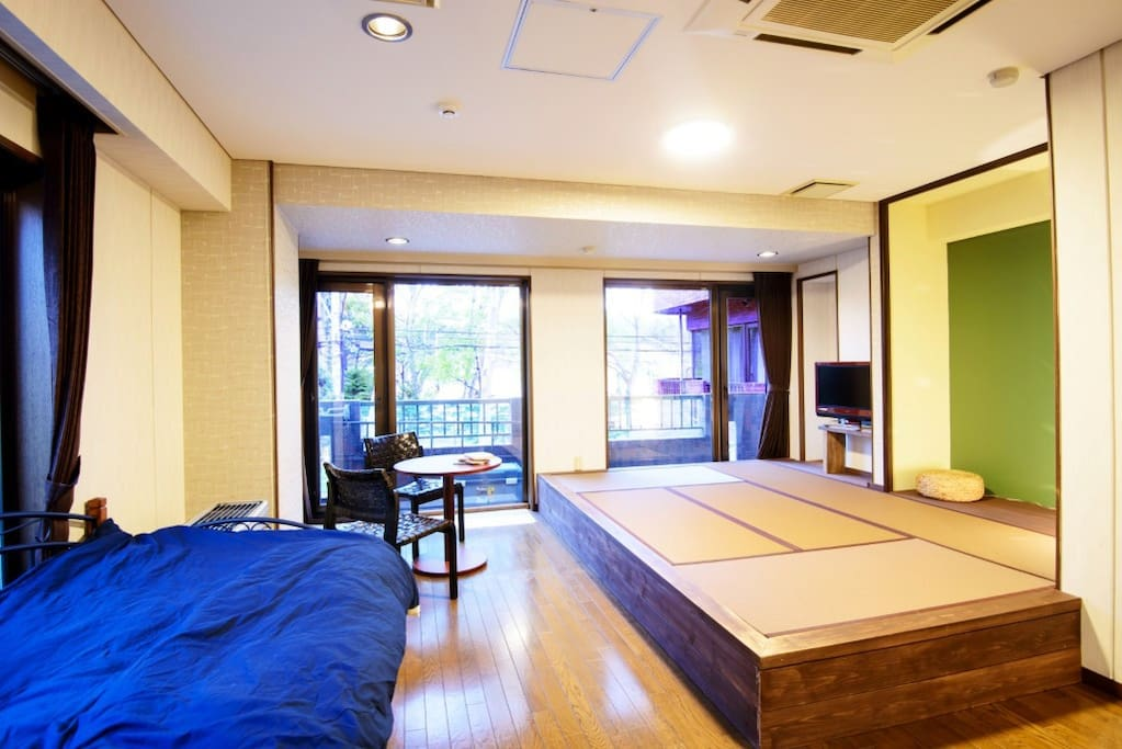 This studio flat offers a mixture of a western bed and a Japanese tatami mat area with a space for 3 futons.