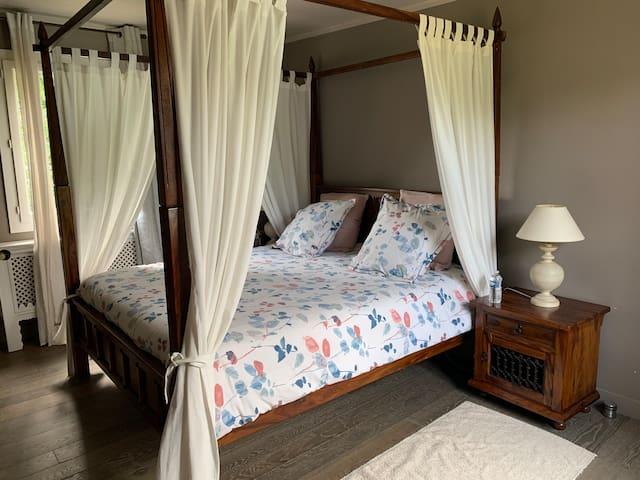 4/ Grande chambre baldaquin (28m2) - sdb et wc privé. 1 lit king size  2 personnes