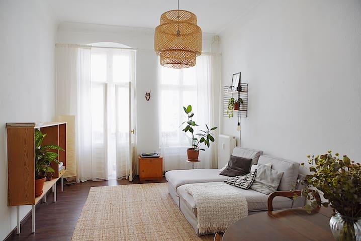Großes Zimmer mit Balkon und Esstisch