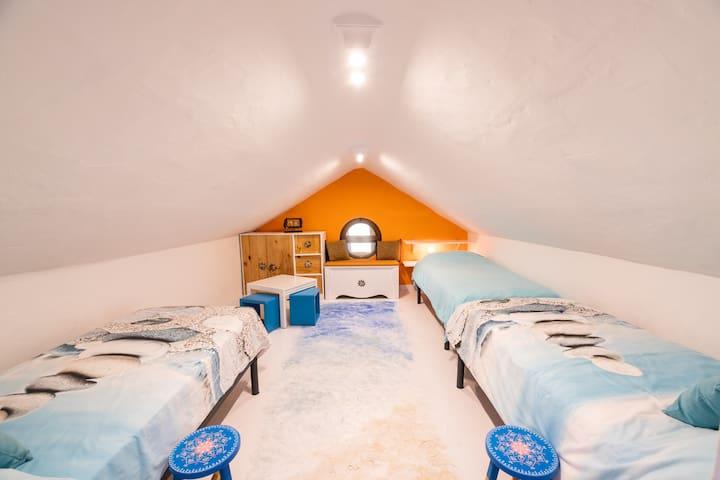 4.- Habitación 4, con 3 camas de 90cm. Techo con altura máxima de 2,05m y mínima de 1m. / Room 4, 3 single beds. Roof height between 1m and 2 meters.