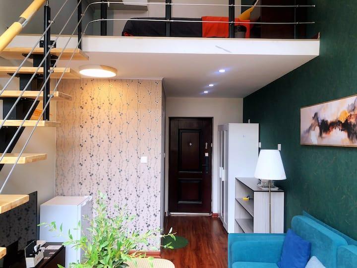 友家民宿⑤Loft复式大客厅,情侣大床房,泰山脚下,万达广场旁,长城路中段山城国际。