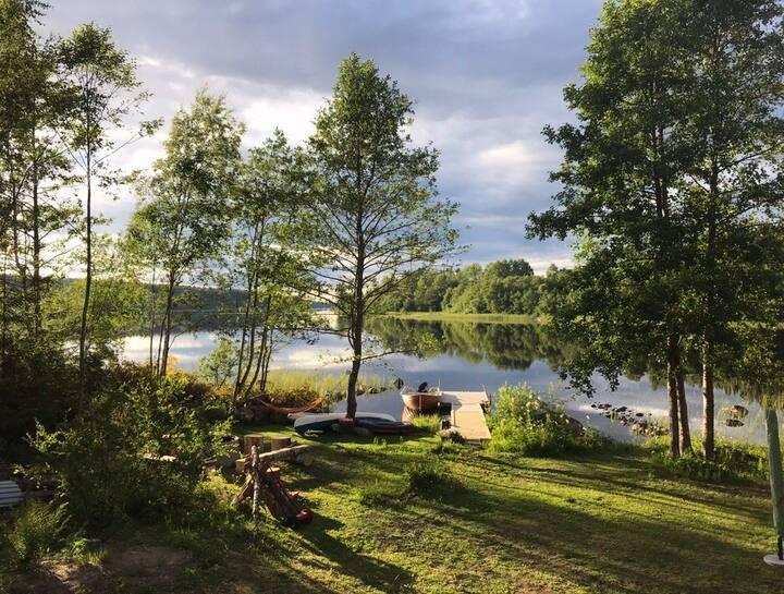 Sommartorp vid sjö