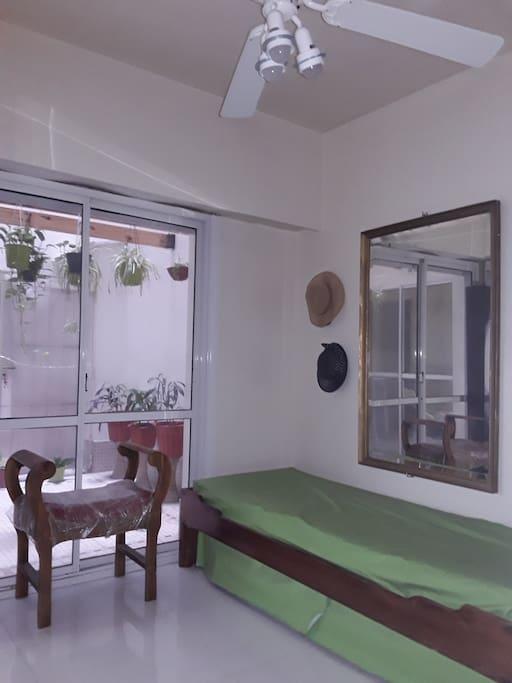 Dormitorio amplio con placard con vista al patio y wifi