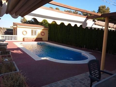 """Entre Pinos "" chalet para 6 personas con piscina"