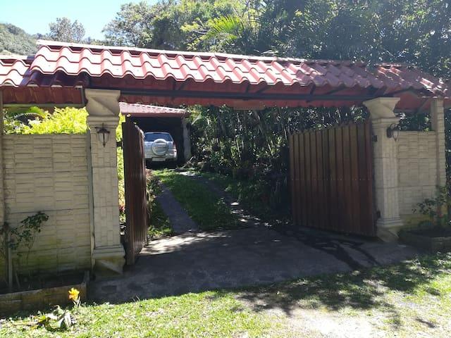 CASA DE MONTAÑA EN PALMITAL DE MIRAMAR COSTA RICA