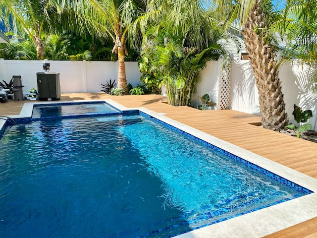 Dinghy at Captain's Quarters - Adorable 1 bd + BRAND NEW pool/spa - just 2 mins from the beach!