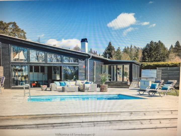 Sjönära hus med pool och pendeln till Stockholm.
