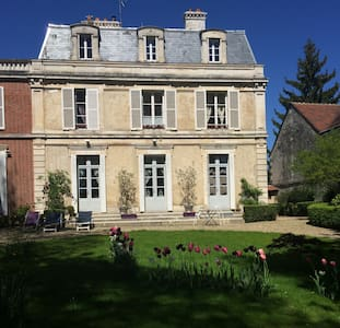 AU CALME CHAMBRE DANS DEMEURE REMARQUABLE - Auxerre - ที่พักพร้อมอาหารเช้า