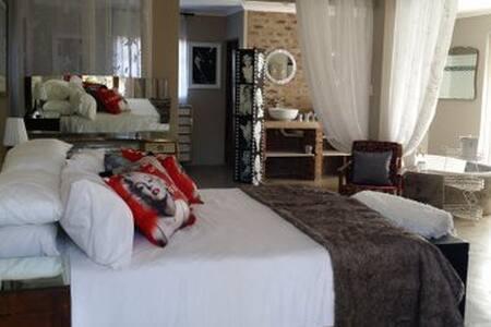 Luxury Retro room in Dinokeng!