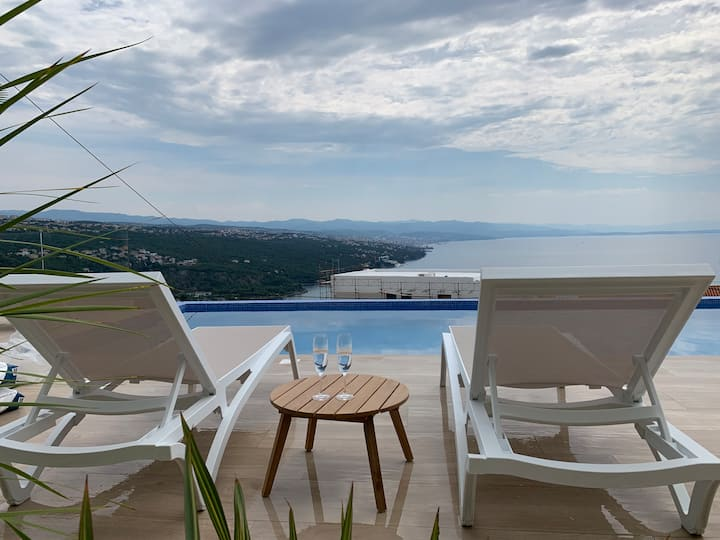Villa: heatable infinity pool, garden, sea view