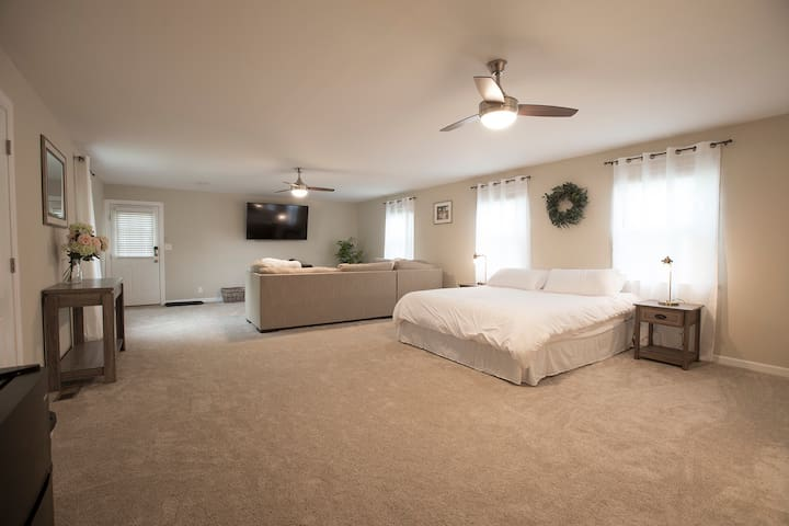 Cozy Master Bedroom Near Downtown/Airport!