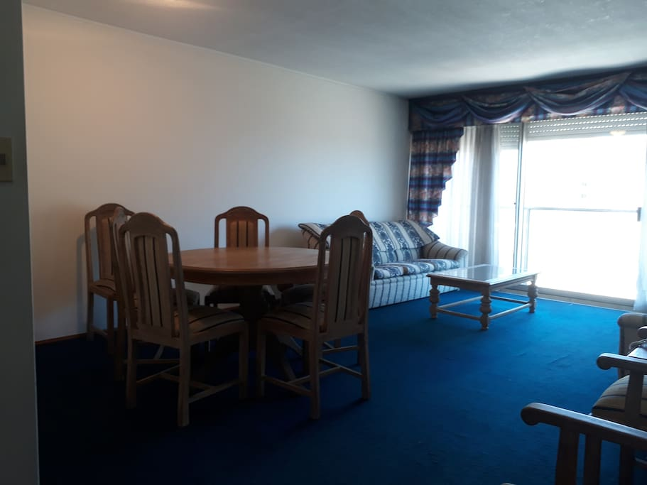 living comedor amplio y cómodo, 2 sillones, mesa con 8 sillas