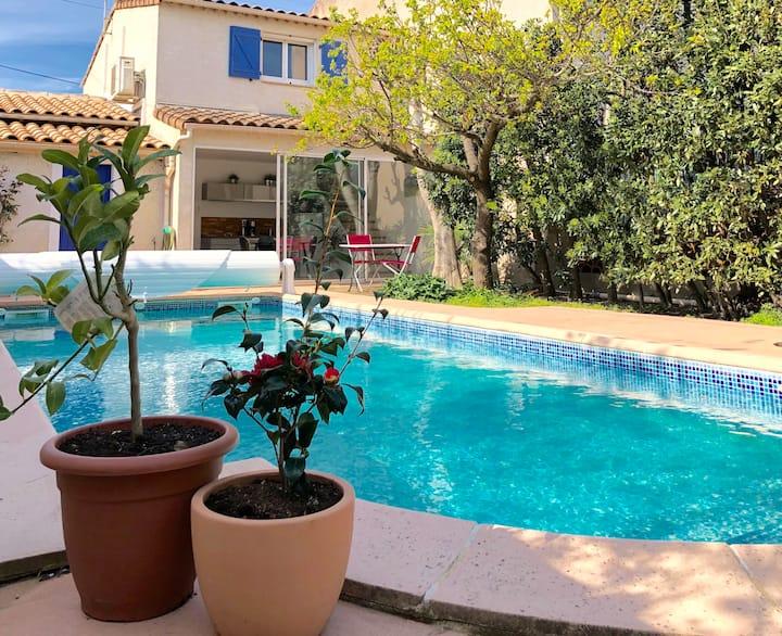 Jardin et piscine en ville, maison climatisée