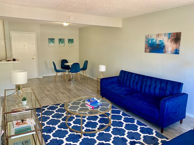 2 bedroom apartment + pool in Los Angeles valley