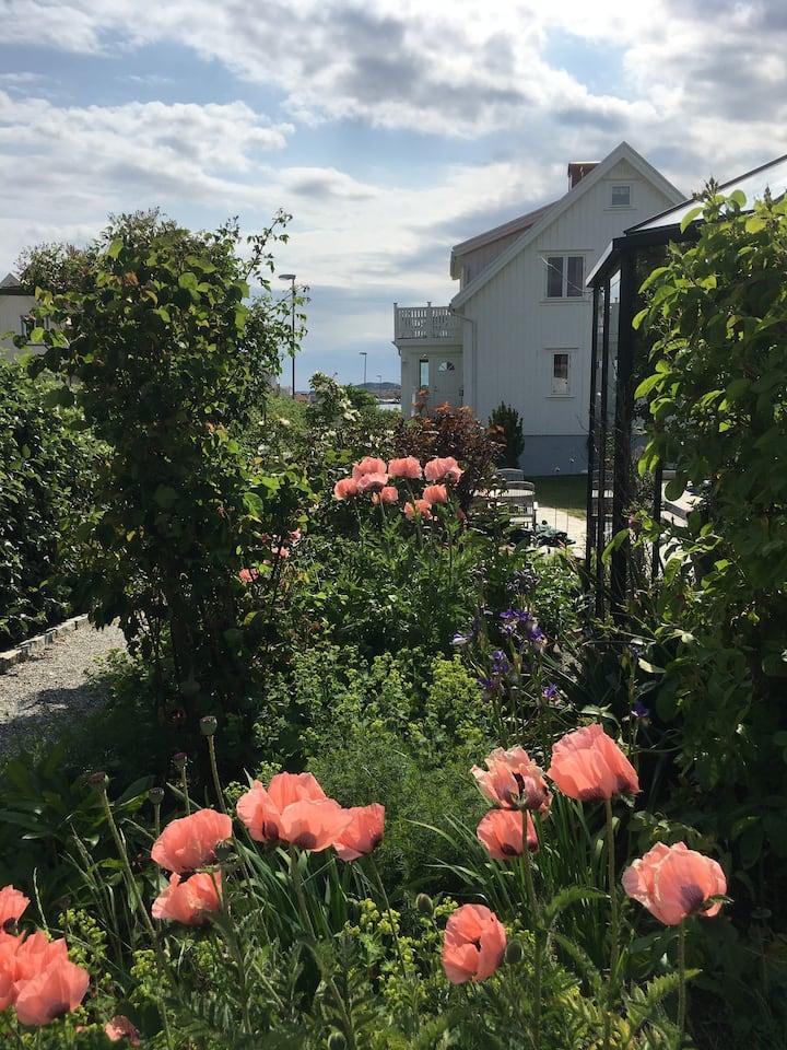 Boende med lummig trädgård och närhet till havet.