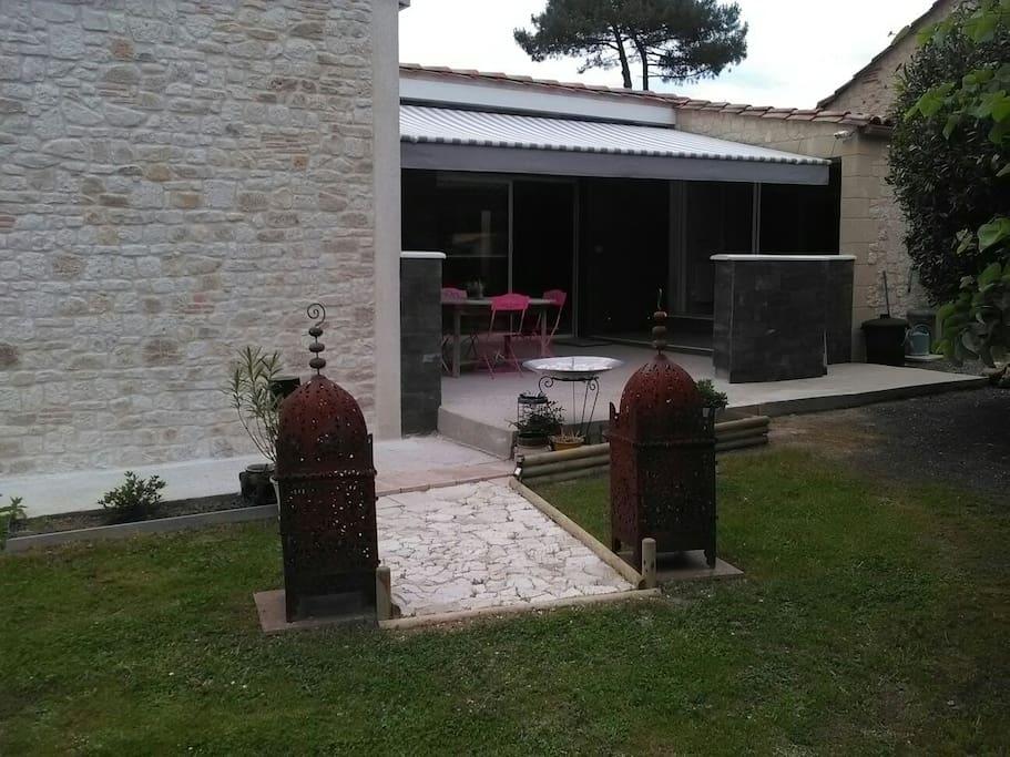 L'entrée, avec 1 terrasse couverte et son store électrique.