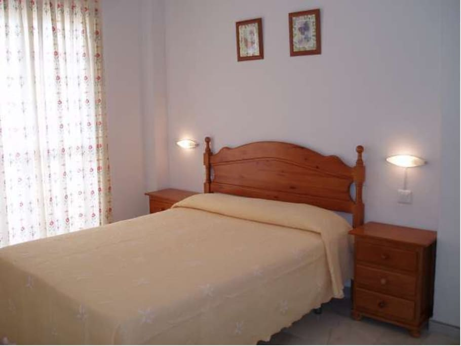 Dormitorio principal con vistas al mar, balcón propio y cuarto de baño independiente