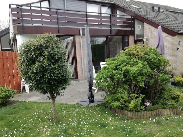 zonnige woning met omheinde tuin, honden welkom!
