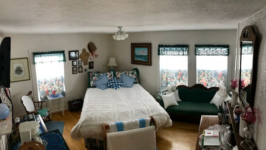 YELLOW HOUSE: Mountian View: # 1 of 3 Rooms