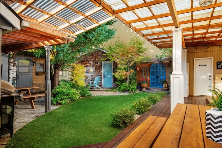 SW Portland Villa With Incredible Patio 8 Miles To Downtown 1/2 Mile To MAX One Block To Park