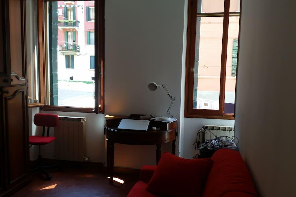 Camera da letto con divano letto rosso