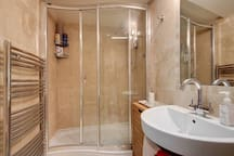 Chatsworth ensuite electric shower