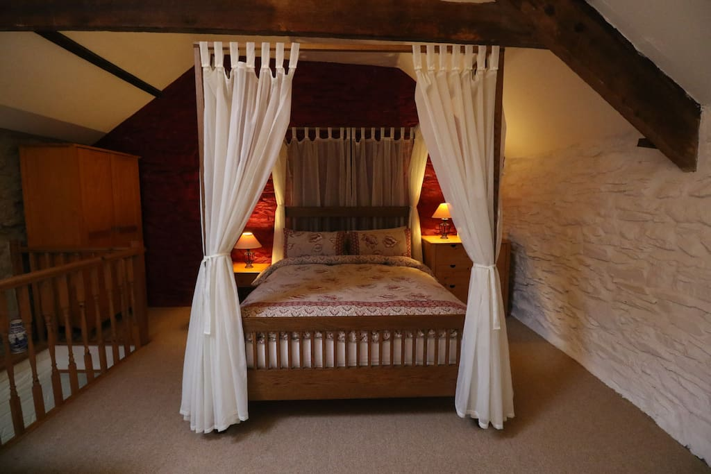 Four-poster king-size bed