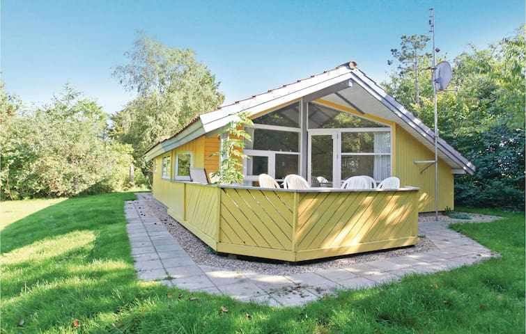 Holiday cottage with 3 bedrooms on 72 m² in Føllenslev