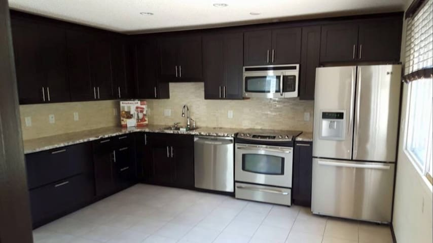 Great 4 bedroom w/ amazing kitchen - Calgary - House