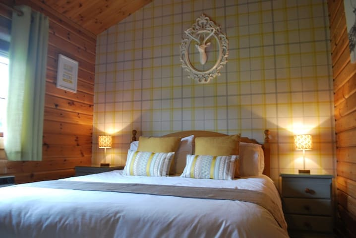 Luxury Hot Tub Log Cabin Hideaway, Curlew lodge